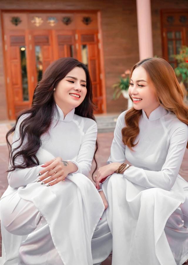 2 cô giáo dạy seo chụp chung tấm ảnh rất duyên dáng