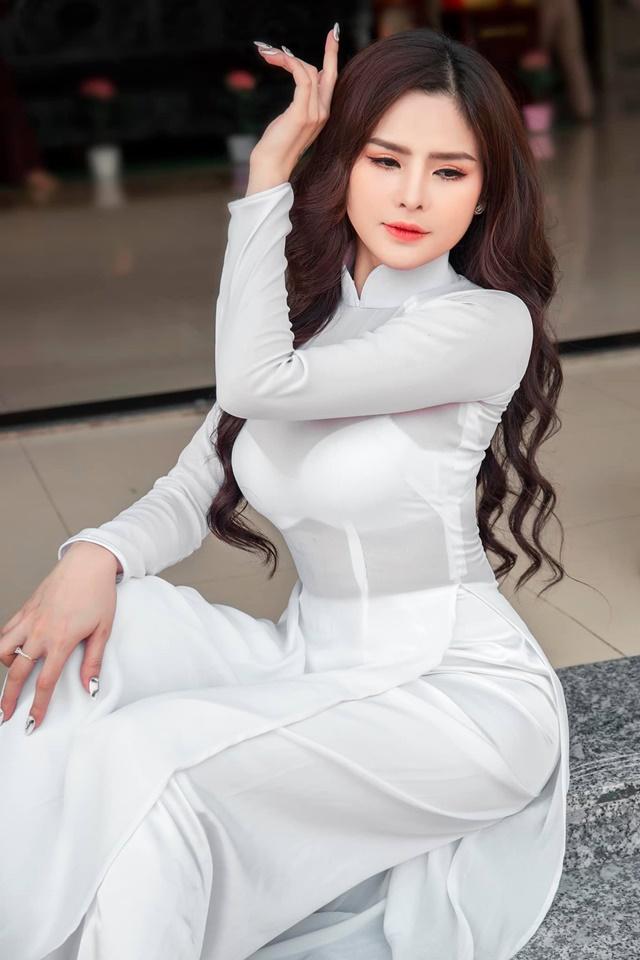 Cô giáo Hà Nuca dạy seo trong bộ áo dài truyền thống
